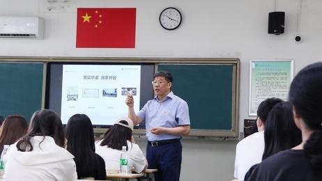 党委书记王红兵为学生讲思政课